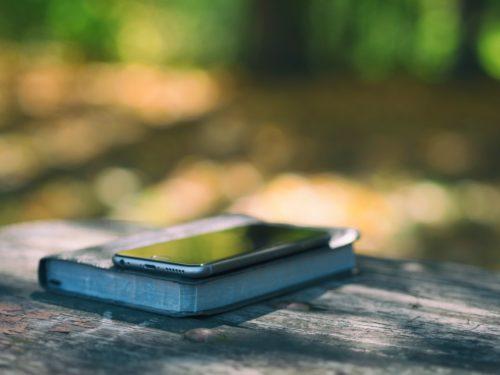Bibel und Smartphone